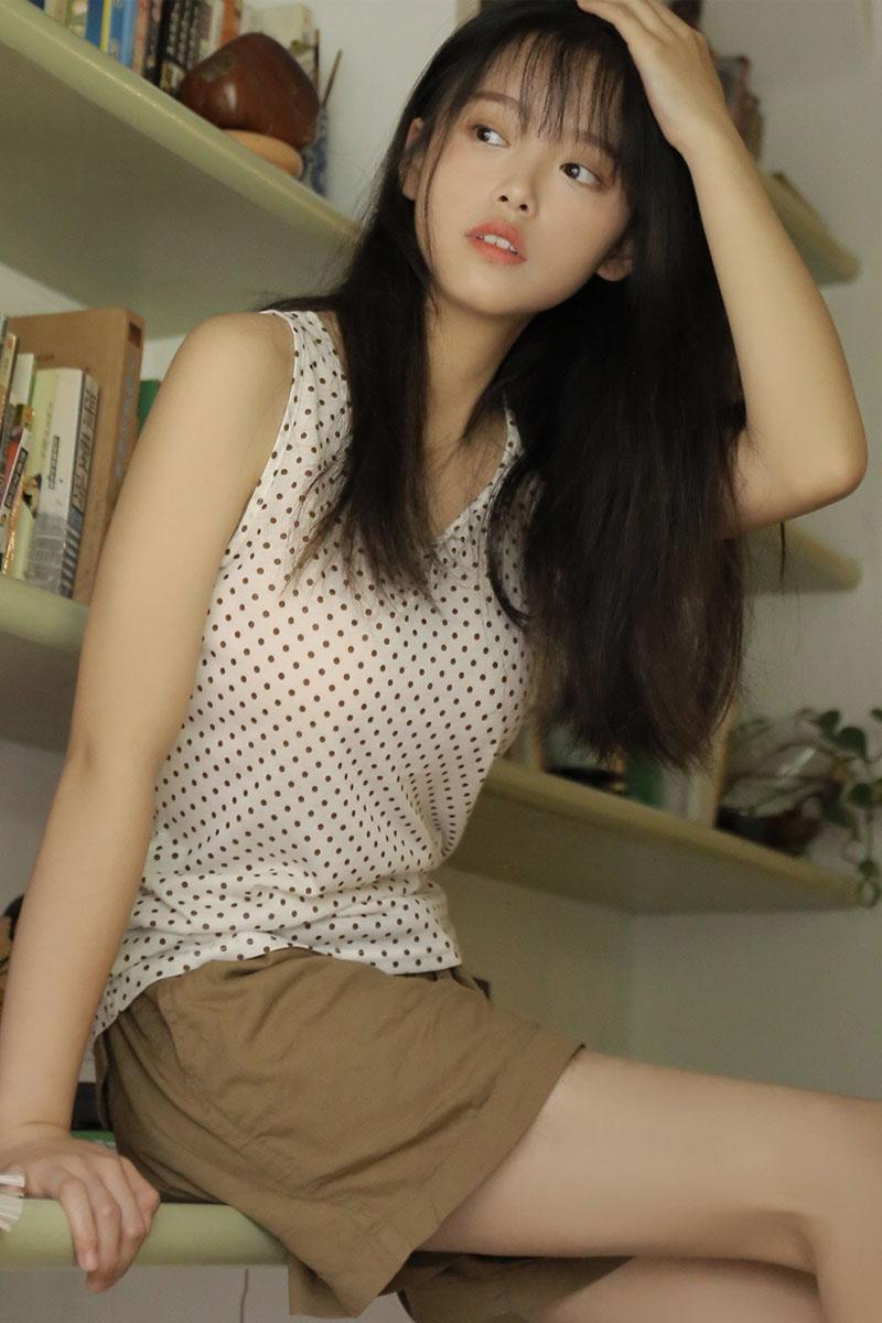 温婉清纯美女吊带蕾丝裙写真图片