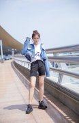 彭小苒清纯美女甜美机场照图片