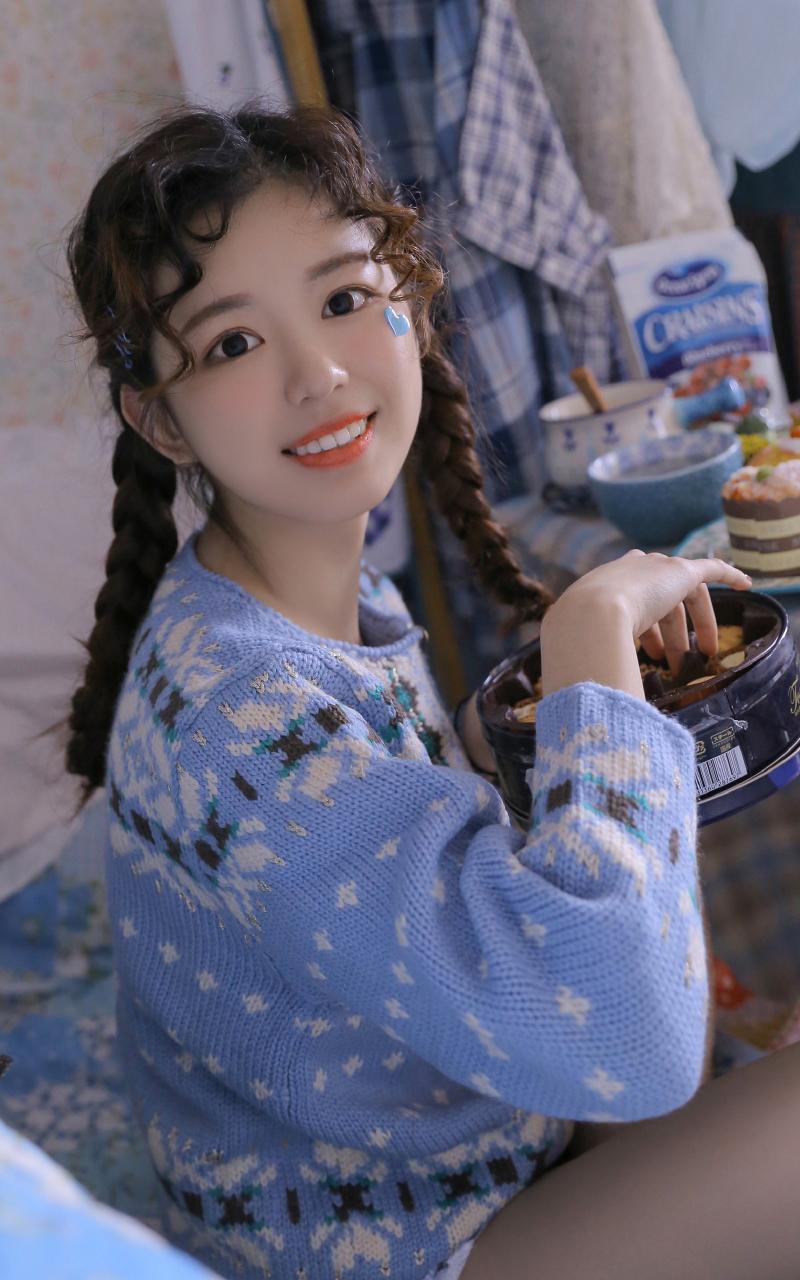 清纯蕾丝吊带美女白