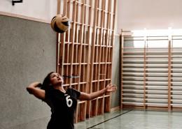 一位美女在打排球