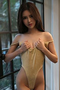 性感美女嫩乳私处遮