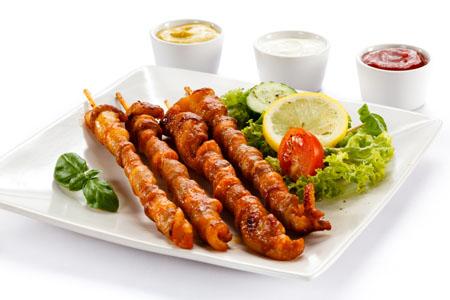 烤肉串与蔬菜美食