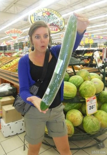 美女看到这么大的黄瓜惊呆了